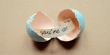 http://www.muysencillo.com/como-hacer-un-huevo-con-mensaje-dentro/