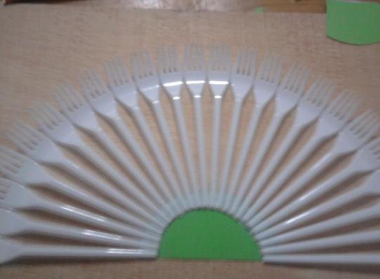http://mismanualidades-esther.blogspot.com.es/2012/04/abanico-con-tenedores-de-plastico.html