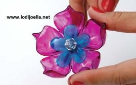 http://www.cosascositasycosotasconmesh.com/2010/05/como-hacer-flores-de-botellas-de.html