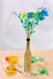 https://es.123rf.com/photo_7669969_reciclaje-creativo--flores-hechas-de-trozos-de-botellas-de-plastico.html