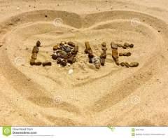 https://es.dreamstime.com/foto-de-archivo-figuras-del-amor-y-del-coraz%C3%B3n-en-una-arena-image90417943