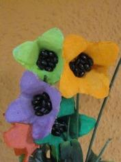 http://www.manualidadesinfantiles.org/flores-con-hueveras-de-carton