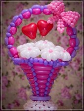 http://www.fiestaideasclub.com/20-decoraciones-con-flores-hechas-de-globos/